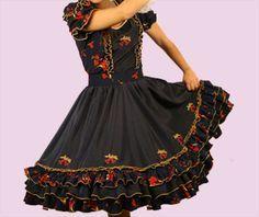Se encontró en Google desde es.pinterest.com Clogs Outfit, Fashion Outfits, Womens Fashion, Frocks, Beautiful Dresses, Vintage Outfits, Culture, How To Wear, Clothes