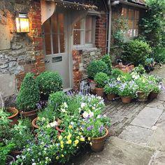 80 Beautiful Front Yard Cottage Garden Landscaping Ideas – Homekover – Welcome Small Courtyard Gardens, Small Gardens, Outdoor Gardens, Front Gardens, Country Cottage Garden, Cottage Garden Design, Cottage Patio, Dream Garden, Home And Garden