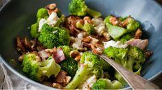 Pokud toto jídlo vyzkoušíte, téměř jistě se stane stálicí ve vašem repertoáru rychlých a výtečných večeří. Máloco se totiž vyrovná harmonické kombinaci brokolice, slaniny, mozzarelly, česneku a ořechů :)