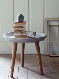 Cooler Beton Tisch als Ablagefläche. Geht ganz leicht selber zu machen mit DIY Anleitung! Schön rustikal: So einfach geht Deko aus Beton! http://www.gofeminin.de/wohnen/deko-aus-beton-selber-machen-s1528499.html