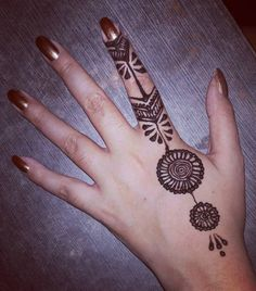 This simple but mind-blowing design. | 16 Pictures Of Super Neat Mehendi That Will Leave You Satisfied