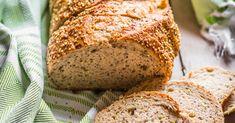 In diesem Quinoa Brot stecken wichtige Mineralien wie Magnesium und Eisen, dazu eine Menge Eiweiß. Das Rezept für glutenfreies Quinoa Brot gibt es hier.