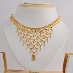 Gold necklace with a jali design from Ali baba Selani gold and diamond splyer Dubai . contact please call me order Yellow Jewelry, Gold Jewelry Simple, Womens Jewelry Rings, Bridal Jewelry, Gold Jewellery Design, Jewelry Patterns, Gold Necklace, Necklace Set, Gold Earrings