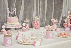 Idée anniversaire fille décoration table  bonbons sucreries présentations - Baby Girl Bday Inspiration - Sweets Pink and White theme