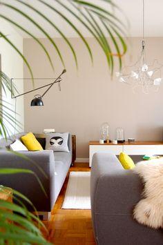Unter Palmen ..., Tags Flos + Cloche + Weißer Teppich + Dekokissen + Donna Wilson + Sofa grau + Greige + Eichenparkett + Porzellanfiguren - Rosmarina @SoLebIch.de