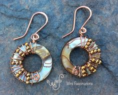 Jewelry Making Earrings Handmade copper earrings: wire wrapped shell donut with matte copper beads Wire Wrapped Jewelry, Wire Jewelry, Jewelry Crafts, Beaded Jewelry, Silver Jewelry, Gold Jewellery, Silver Ring, Jewelery, Jewelry Holder