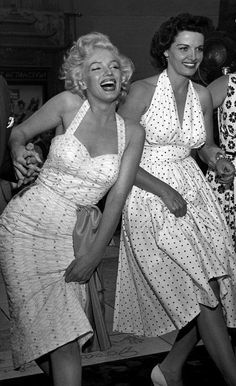 Marilyn Monroe and Jane Russell at Grauman's Chinese Theater, June Vintage Hollywood, Hollywood Glamour, Classic Hollywood, Hollywood Icons, Divas, Vintage Outfits, Vintage Fashion, Jane Russell, Marilyn Monroe Photos