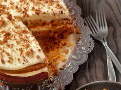 Der weiche Biskuitteig und ein köstlicher Lebkuchen-Sahne-Mantel machen diese Torte zu einem ganz besonderen, weihnachtlichen Genuss. Die Lebkuchentorte lässt sich einfach und in kurzer Zeit zubereiten. Wir haben das Rezept für Sie.