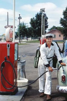 Fill 'er up - a gas station attendant from the distant past.my great uncles owned a gas station. Old Gas Pumps, Vintage Gas Pumps, Full Service Gas Station, Gas Service, Gas Station Attendant, Pompe A Essence, Auto Retro, Retro Ads, Vintage Advertisements