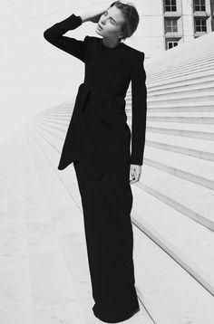 Chic Minimalist All-Black Style Minimal Fashion, Timeless Fashion, Simply Fashion, Look Fashion, High Fashion, Fashion Design, Giorgio Armani, Black Wardrobe, Portraits
