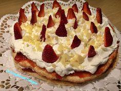 La torta Cristina è un dolce leggero e delizioso a base di meringa di mandorle, farcita con fragole, panna e mascarpone, ideale per il compleanno.