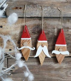 jule pynt jule nisser i træ malede malet nisse jul maling på træ - christmas santas wood painted - père noël, décoration noel, décoration bois recyclé, bois Wooden Christmas Decorations, Christmas Wood Crafts, Christmas Projects, Holiday Crafts, Christmas Makes, Noel Christmas, Rustic Christmas, Father Christmas, Santa Crafts