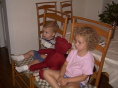 Nella foto con me e' mio fratello e l'orsacchiotto. Avevo sei anni nella foto. Guardavamo 'Barney' ogni settimana con il nostro orsacchiotto. Non siamo cambiati da quando eravamo piccoli perche' ancora guardiamo la TV insieme. Assomigiliavo mio fratello in questa foto. Portavo un tshirt rosa e i pantaloni corti. Avevo i capelli ricci e gli occhi verde. Eravamo sedute nelle sedie. Il tempo faceva bene. Ci sentivamo stanchi. Abbiamo guardato la TV durante il notte.
