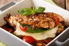 Looking for delicious keto chicken recipes? These keto friendly chicken thigh and chicken breast recipes fit perfectly into your low-carb, keto meal plan. Chicken Marinara, Chicken Pizza, Keto Chicken, Chicken Recipes, Chicken Bites, Crusted Chicken, Pollo Caprese, Caprese Chicken, Healthy Chicken Parmesan