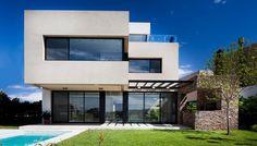 JN House par Speziale Linares Arquitectos - Buenos Aires, Argentine. Maison contemporaine au design massif surplombant un argentin
