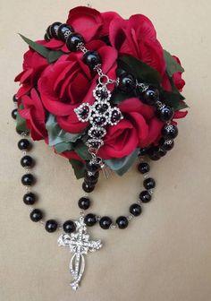 Terço confeccionado com pérolas black 14m/m,banho niquel, crucifixo com strass,entremeio com strass e cristal. R$ 89,99
