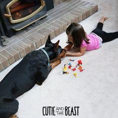 La petite Siena, 3 ans, et son Dobermann Buddha, alias Cutie and the Beast forment un duo inséparable aussi harmonieux que touchant.