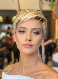 Freche Kurzhaarfrisuren 42 Hottest Short White & Blonde Pixie Haircuts -Femininity and Practicality Short Hairstyles For Thick Hair, Haircut For Thick Hair, Very Short Hair, Short Hair With Layers, Short Pixie Haircuts, Short Hair Cuts For Women, Pixie Hairstyles, Short Hair Styles, Haircut Short