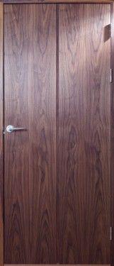 Pinnö - slät fanerad innerdörr i valnöt, två vertikala fält på båda sidor av dörren.