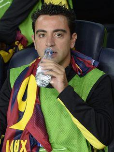 Xavi empezó el partido en el banquillo.