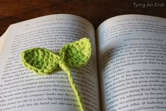 [Free Crochet Pattern] Cute little leaves to guide your reading! Budding Leaf Bookmark by Tying An End Bookmarks Kids, Beaded Bookmarks, Crochet Bookmarks, Crochet Leaves, Crochet Flowers, Crochet Doilies, Crochet Home, Free Crochet, Knit Crochet