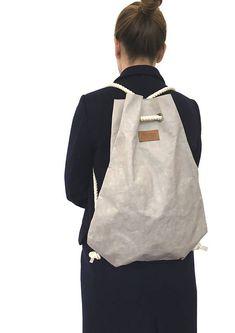 Gym Bag aus waschbarem Papier, in Lederoptik. Es ist ein nachhaltig produzierter Rucksack aus einer weicheren Zellulosemischung! ♥ ZUZA-Taschen werden in Berlin entworfen und mit großer Sorgfalt und viel Liebe hergestellt ♥ - Diese Material ist durch eine spezielle Vorbehandlung weicher