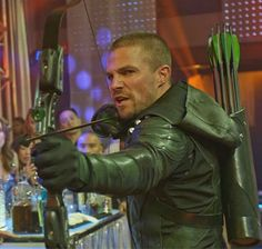 """The real Green Arrow is back💚! """" Who would have thought we'd see the Green Arrow without a hood and a mask and everyone knowing its Oliver. Supergirl Superman, Supergirl And Flash, Green Arrow Bow, Arrow Cosplay, Oliver Queen Arrow, Tommy Merlyn, Arrow Tv Series, Vigilante, Stephen Amell Arrow"""
