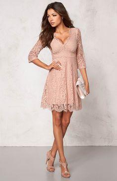 Śliczna, koronkowa sukienka marki Chiara Forthi 239 zł na http://www.halens.pl/moda-damska-nowosci-13895/sukienka-552801