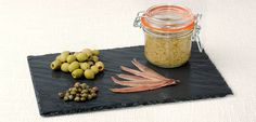 Écraser les olives dénoyautées, les filets d'anchois, les câpres dans un mortier, ou avec un hachoir (évitre le mixeur si possible). Ajouter peu à peu l'huile d'olive et continuer à écraser jusqu'à l'obtention d'un mélange plus ou moins fin, selon votre goût. Assaisonner avec du poivre, de l'ail et éventue...