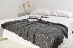 Beautiful blanket by Maaike van Koert published in Simply crochet, Issue 29 (link Ravelry)