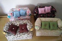 Confeccionado em tecido 100% algodão ,areia por dentro, acompanha 2 almofadinhas de fuxico e detalhe de botão no braço do sofá. <br>Pode decorar e alegrar o quarto das meninas!