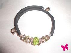 Bracciale di caucciù nero doppio giro con elementi di vetro verdi e trasparenti + anelli zigrinati diamantati