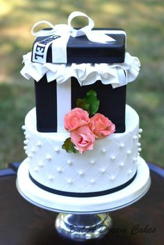 Chanel Cake by Elisabeth Palatiello Pretty Cakes, Cute Cakes, Beautiful Cakes, Amazing Cakes, Channel Cake, Gift Box Cakes, Quinceanera Cakes, Pastry Art, Cakes For Women