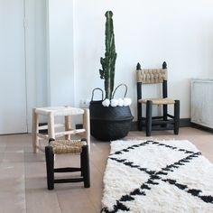 On craque pour ce magnifique tapis traditionnel berbère en laine. Il trouvera parfaitement sa place dans une chambre, dans l'entrée ou dans le salon. Dimension : longueur : 140 cm / largeur : 60 cm. Composition : 100 % laine. Coloris : blanc et noir. Tout doux, et d'une grande qualité, ce tapis est un de nos gros coups de coeur...