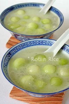 Honeydew Sago Dessert - Roti n Rice Filipino Desserts, Asian Desserts, Sweet Desserts, Delicious Desserts, Chinese Desserts, Thai Dessert, Dessert Recipes, Chinese Soup Recipes, Gastronomia