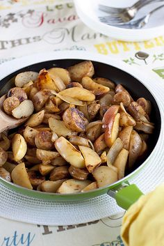 Love the pairing of autumnal flavours in his great Apple, Potato, and Sausage Skillet (I'd likely add in some fresh thyme or sages, too). #potatoes #meal #meat #sausage #skillet #dinner #vegetables #fall #autumn #apples #comfort_food #food