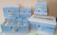 """Lindo Kit Bebê coroa,Trabalho Artesanal,Com tecidos,Apliques em Resina,e Fitas cetim,Material em Mdf,Uma ótima Opção para as mamães,que Desejam sempre o Quartinho Perfeito de Seu Príncipe,.Nas Cores Xadrez Azul e Branco... ******************************************""""******************** Este..."""