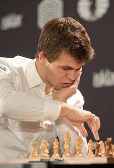"""Magnus Carlsen (Tønsberg, 30 novembre 1990) è uno scacchista norvegese, attuale Campione del mondo scacchi Standard e Rapid. È diventato Grande maestro nel 2004, all'età di 13 anni, 4 mesi e 27 giorni, il terzo più giovane scacchista della storia ad aver raggiunto questo titolo. È stato definito """"il Mozart degli scacchi"""" per il precocissimo talento e per l'apparente naturalezza con cui ottiene i suoi alti risultati."""