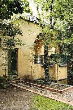 """""""Una arquitectura que nos envuelve como presencia fisica, simple y densa, imposible de describir, de imitar o de fotografiar; universal y actual"""" este es uno de los jardines de casa Clavijero, Luis Barragan se inspiro en los jardines encantados de Ferdinand Bac."""