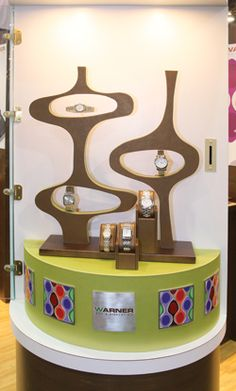A balanced, elegant, & creative jewellery shop display design by Warnerusa.com. The emphasis is on the aesthetics value of the display & it's ability to enhance the exposure of the product.
