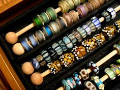 Anche per le spolette! big hole bead display storage-skewers, wooden beads on ends side glued), bracelet display tray Bead Storage, Jewellery Storage, Jewellery Display, Jewellery Packaging, Craft Show Displays, Display Ideas, Display Stands, Booth Ideas, Display Boxes