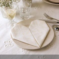 Serviettenherz falten! Tischdekoration mit wow-Effekt! #serviettentechnik Mehr auf roomido.com