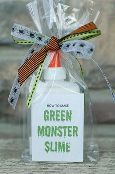 all things simple: halloween fun: monster slime kit.what a great favor for halloween parties @ school! Halloween Class Party, Halloween Birthday, Halloween Gifts, Holidays Halloween, Fall Birthday, 5th Birthday, Halloween School Treats, Halloween Potions, Cowgirl Birthday