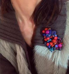"""""""Manuela"""" es un nuevo trabajopara mí Serie de broches con nombre de mujer. Hasta ahora, son dos las líneas de diseño en mi gama de broches; en una simplemente intento crear piezas femeninas y favorecedoras, pero sin dejar de ser fiel a mi estilo. En la otra, mi interés está más en la plasticidad: mezclas de materiales de diversa naturaleza, texturas, formas… """"Manuela"""" pertenece a la primera. Espero que os guste."""