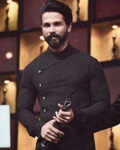 Shahid Kapoor Wore The Best Look At Jio Filmfare Awards Wedding Kurta For Men, Wedding Dresses Men Indian, Wedding Dress Men, Wedding Skirt, Indian Men Fashion, Mens Fashion Wear, Big Men Fashion, Gents Kurta Design, Boys Kurta Design