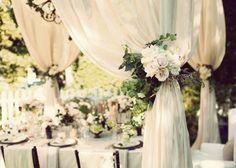 ふわふわにきゅん♡カーテンがある会場での結婚式が今時花嫁の理想*のトップ画像