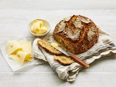 Rapeakuorinen ja maukas artesaanikauraleipä syntyy kotona helposti. Taikina tekeytyy itsestään jääkaapissa, eikä vaivaamista tarvita. Aivan pelkästä kaurasta leipää ei kannata valmistaa, sillä leipä jää tällöin tiiviiksi ja matalaksi. Bread Dumplings Recipes, Bread Recipes, Cooking Recipes, No Bake Snacks, Bread Board, Food N, Sourdough Bread, Recipe Collection, Deli