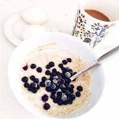 Frukost från tidigare idag - vanilj proats med blåbär och ägg
