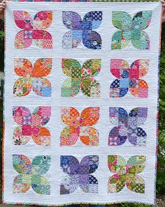 Butterfly or flower quilt made from Drunkard's Path quarter circles and squares. Barbara Brackman's Encyclopedia of Quilt Patterns, page It is Fan Quadrille - by Mountain Mist Quilting Projects, Quilting Designs, Sewing Projects, Quilting Ideas, Quilt Baby, Circle Quilts, Quilt Blocks, Circle Quilt Patterns, Quilt Top