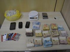 A Polícia Federal em Pernambuco prendeu um suspeito de vender milhares de pedras de crack por semana, no Grande Recife. Com o acusado, capturado na Imbiribeira, Zona Sul da capital pernambucana, os  ...